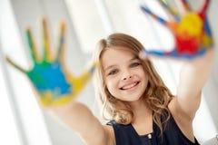 愉快的女孩陈列被绘的手棕榈在家 免版税库存照片
