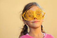 愉快的女孩隐藏在蝴蝶屏蔽之后的表面 库存图片