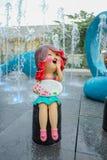 愉快的女孩雕象有横幅的 免版税库存照片