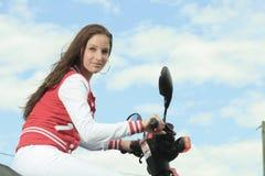 愉快的女孩骑马滑行车享受暑假 图库摄影