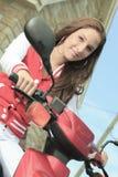 愉快的女孩骑马滑行车享受暑假 免版税库存图片