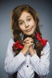 愉快的女孩 特写镜头画象英俊青少年恳求或beging在灰色背景 库存图片