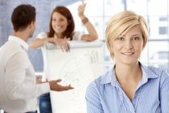 愉快的女实业家在会议室 免版税库存照片