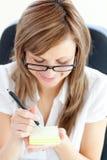 愉快的女实业家她附注办公室采取 免版税库存图片