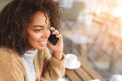 愉快的女实业家有交谈由电话 库存照片