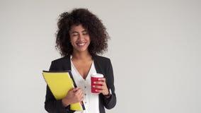 愉快的女实业家用咖啡和文件 股票录像