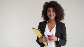愉快的女实业家用咖啡和文件 股票视频