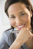 愉快的女实业家用在奇恩角的手 免版税库存照片