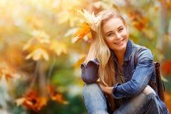 愉快的女性在秋天森林里 免版税库存照片