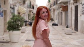 愉快的女性旅游步行通过波利尼亚诺阿马雷,意大利街道  股票录像