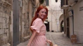愉快的女性旅游步行通过波利尼亚诺阿马雷,意大利街道  股票视频