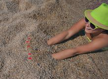 愉快的女性海滨沙子 库存图片