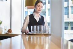 愉快的女服务员在工作 免版税图库摄影