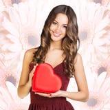 愉快的妇女举行爱标志红色心脏 库存图片