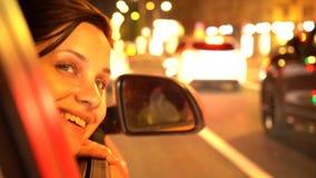 愉快的妇女倾斜乘客摩托跨斗窗口 股票录像