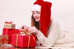 愉快的妇女做圣诞节礼物 库存图片