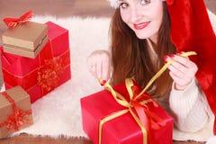 愉快的妇女做圣诞节礼物 免版税库存照片