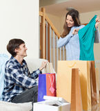 愉快的妇女和人有衣物和购物袋的 免版税图库摄影