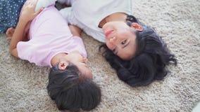 愉快的妇女和她的女儿耍笑在地毯 股票录像