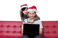 愉快的妇女和她的男朋友购买在网上 免版税图库摄影
