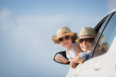 愉快的妇女和孩子汽车的 图库摄影