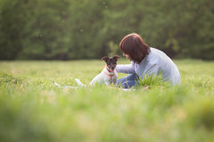 愉快的妇女和狗杰克罗素画象  免版税图库摄影