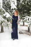 愉快的妇女在与雪的冬天 免版税库存图片