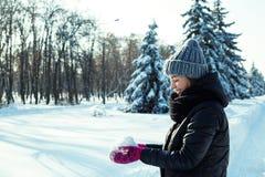 愉快的妇女在冬天公园 图库摄影