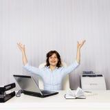 愉快的妇女在办公室 库存图片