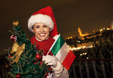 愉快的妇女在有圣诞树和意大利旗子的佛罗伦萨 免版税库存照片