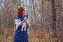 年轻愉快的妇女在河附近的一个公园秋天季节的 库存照片