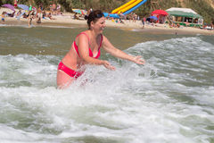 愉快的妇女在海在夏天 图库摄影