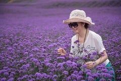 愉快的妇女在淡紫色主题乐园 免版税库存图片