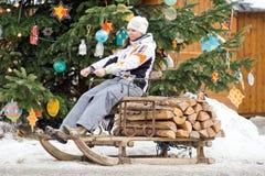 愉快的妇女在Christmas'eve市场,奥地利上 图库摄影