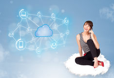 愉快的妇女坐与云彩计算的云彩 免版税库存照片
