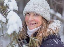 愉快的妇女多雪的杉木森林冬天画象  免版税库存照片