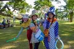 愉快的妇女小丑 免版税库存照片