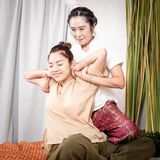 愉快的妇女得到泰国按摩舒展 库存图片