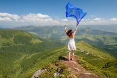 愉快的妇女感受自由和享受自然 免版税图库摄影