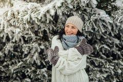 愉快的妇女感觉的寒冷在冬天 免版税库存图片