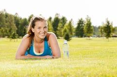 愉快的妇女慢跑者培训在公园。 健康生活方式和p 图库摄影