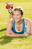 愉快的妇女慢跑者培训在公园。 健康生活方式和p 免版税库存图片