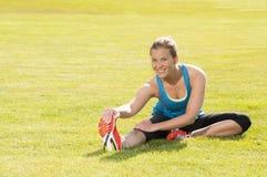 愉快的妇女慢跑者培训在公园。 健康生活方式和p 库存照片