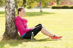 愉快的妇女慢跑者培训在公园。 健康生活方式和p 库存图片