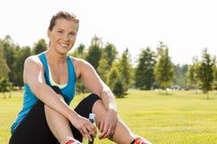 愉快的妇女慢跑者培训在公园 图库摄影