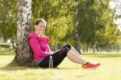 愉快的妇女慢跑者培训在公园 库存照片