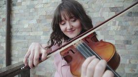 愉快的妇女戏剧画象在中提琴的在阳台 股票视频