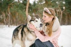 愉快的妇女所有者和狗 免版税库存照片