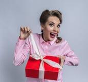 愉快的妇女打开礼物 库存图片