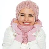 愉快的妇女换行自在编织围巾 免版税库存图片